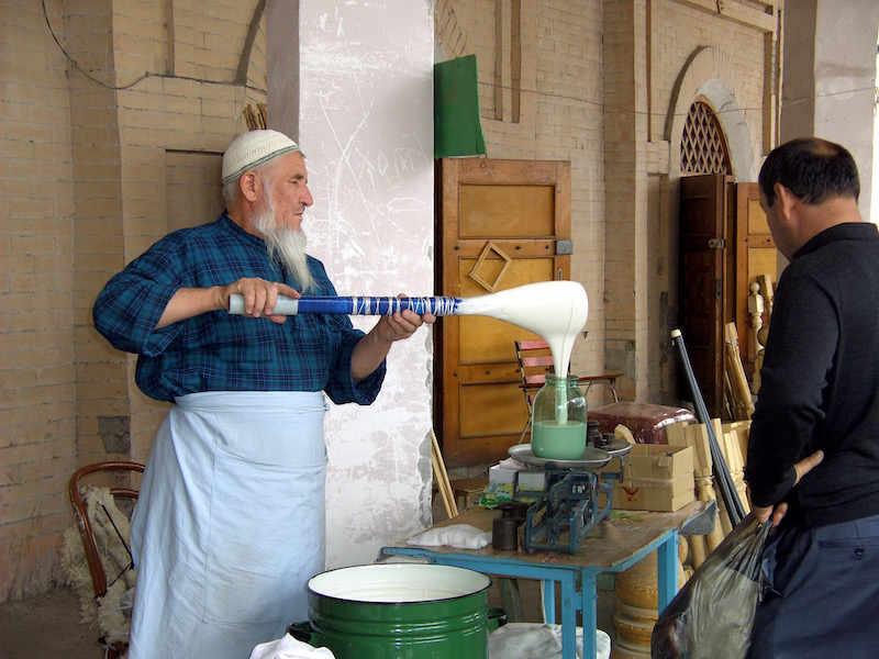 Taschkent: Frischgeschöpfte Smetana (Sauerrahm) auf dem Chorsu Bazar - Foto: ©Cornelia Strössner
