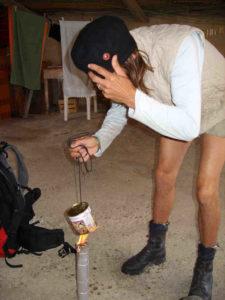Pilgerimprovisation- mit einer umgekehrten Milchtüte eine Konserve erhitzen