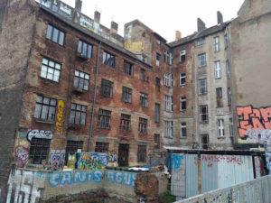 Berlin-Prenzlauer Berg: Es gibt noch viel zu tun – Rückgebäude einer renovierten vorderen Häuserfront
