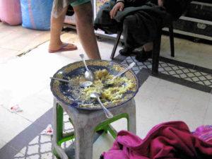 Marrakesch/Marokko: Basar- Jüdisches Viertel (Mellah): Mittagspause. Vier Mitarbeiter - Ein Essen