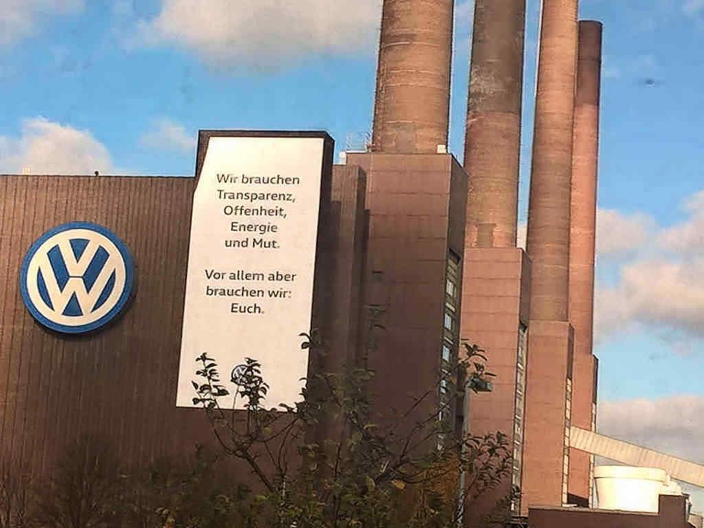 Wolfsburg: VW-Werk – 08.November 2015 – Arroganz wirtschaftlicher Macht - Foto: ©Peter Förtner