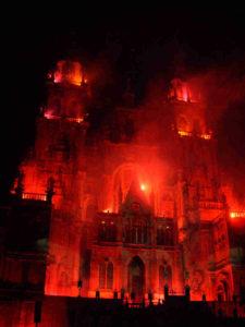Fiestas de Santiago- die Feuerwerker in ihrem Element: Die Kathredale